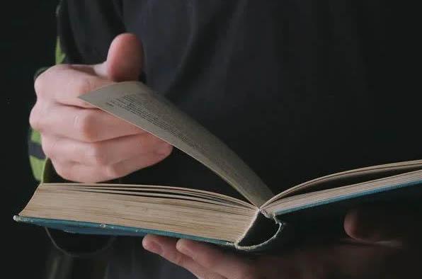 มือชาพลิกหนังสือ